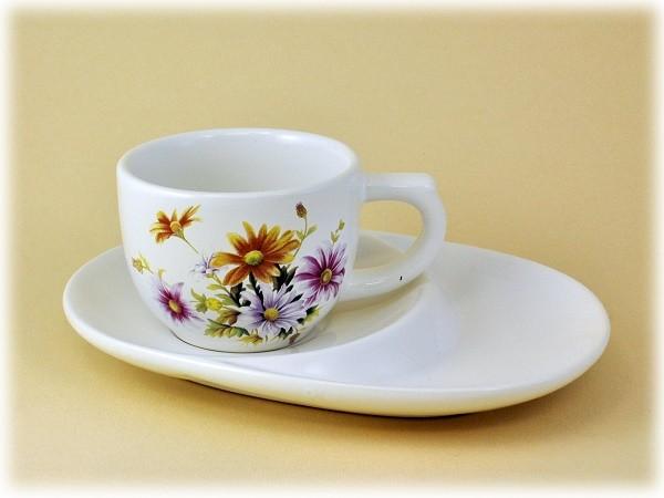 Tasse mit Unterteller aus Dolomite mit Blumenmotiv
