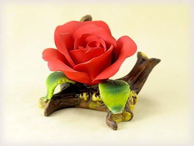 Porzellan Blume mit roter Blüte
