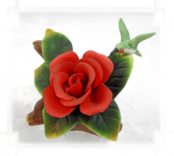 Porzellan Blume, Blüte rote Rose mit Kolibri