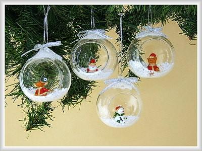 Schneekugel aus Glas zum Hängen mit Weihnachtsfigur