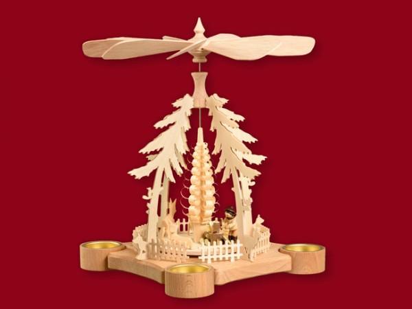 Baumpyramide mit Waldarbeiter und geschnitzten Rehen