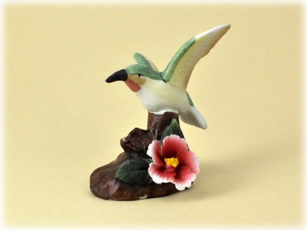 Porzellan Blume mit rot-weißer Blüte und Kolibri