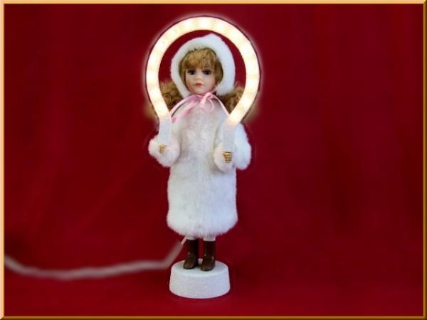 Christkind mit Fell und beleuchtetem Bogen