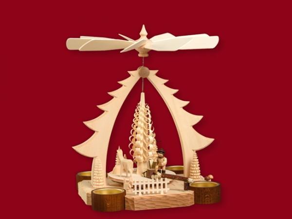 Teelichtpyramide mit Waldarbeiter und geschnitzten Rehen