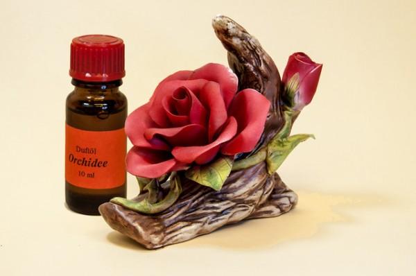 Porzellan Blume, Blüte rote Rose mit einer Flasche Duftöl