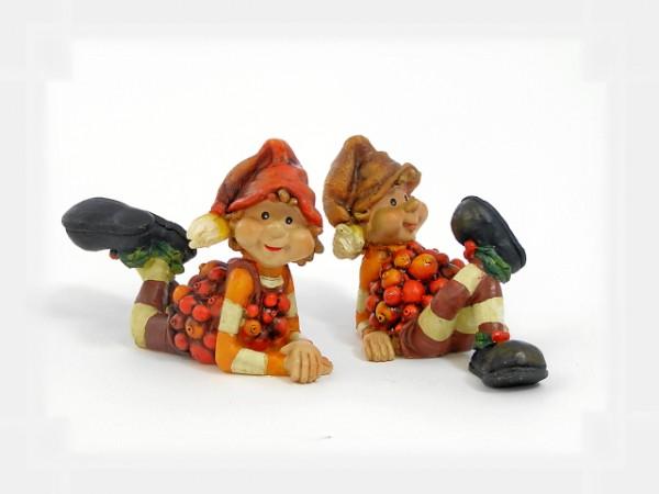 2 Wichtel liegend im Beerenkostüm aus Steinharz, 2er Set