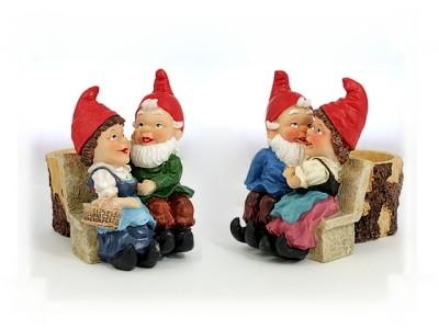 Zwergenpaar auf Bank mit Pflanzgefäß